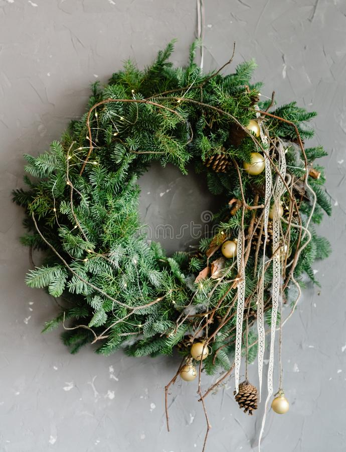 Árvore de Natal com a decoração festiva dos galhos foto de stock