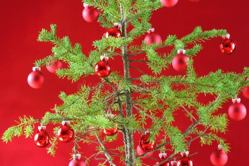 Árvore de Natal com decoração vermelha fotos de stock royalty free