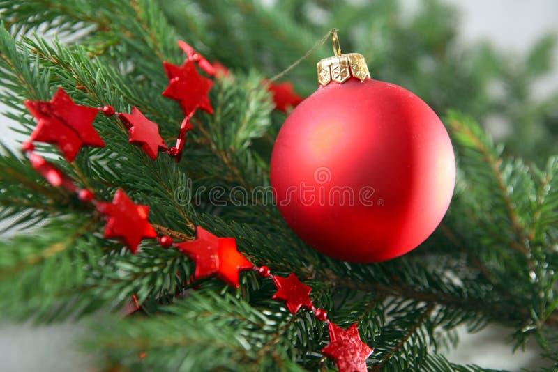 Árvore de Natal com decorações e presentes imagens de stock royalty free