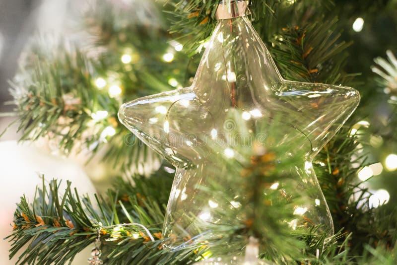 Árvore de Natal com a estrela e luzes de vidro do feriado Fim acima imagem de stock royalty free