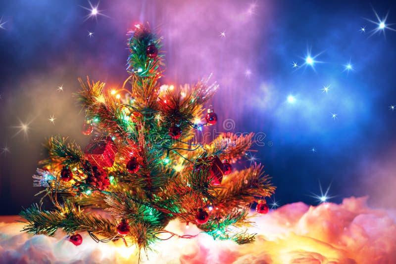 Árvore de Natal com a festão das luzes e das decorações foto de stock royalty free