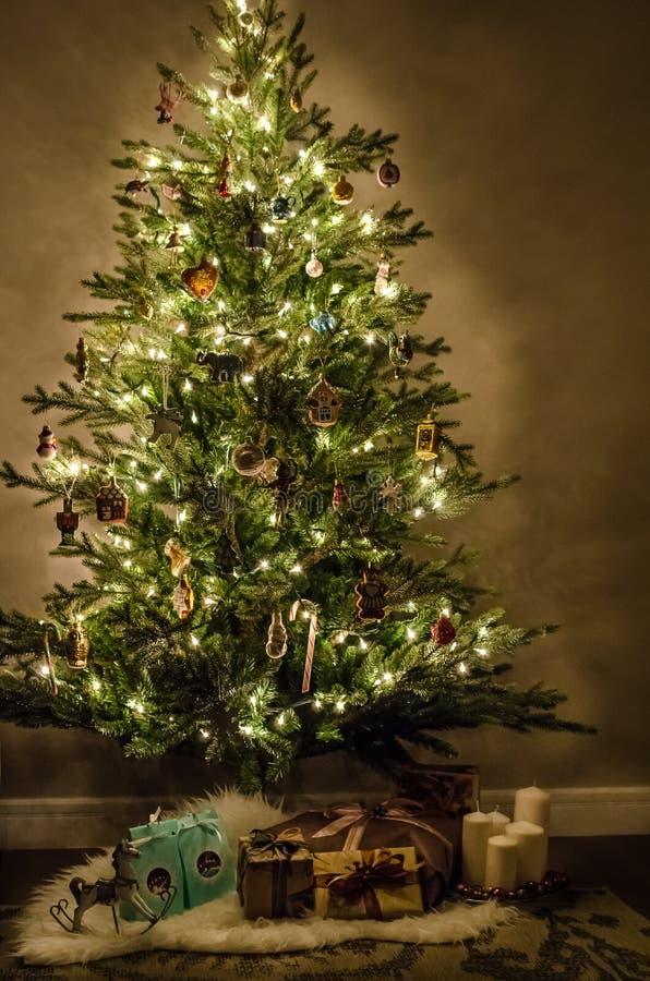 Árvore de Natal com luzes, a decoração, os brinquedos e os presentes bonitos fotos de stock
