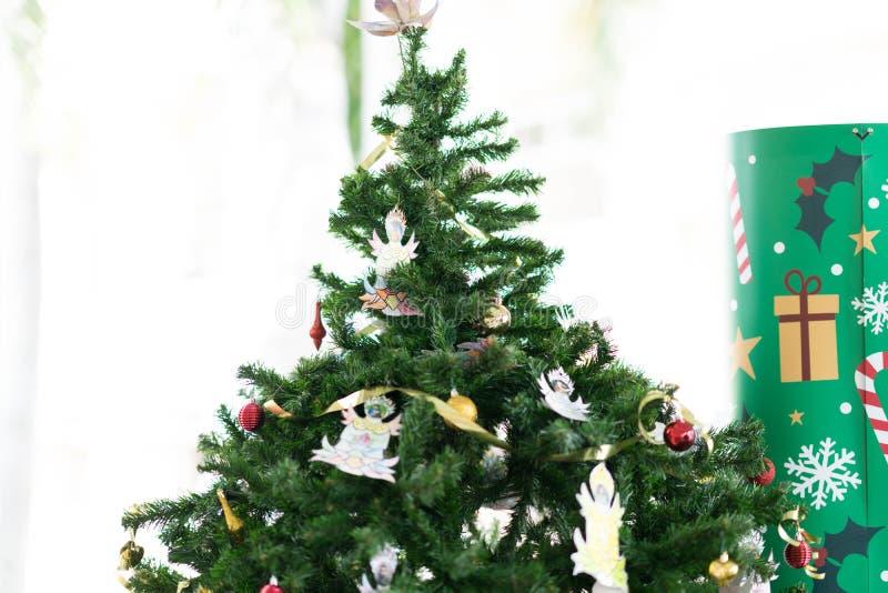 Árvore de Natal com materiais da decoração foto de stock royalty free