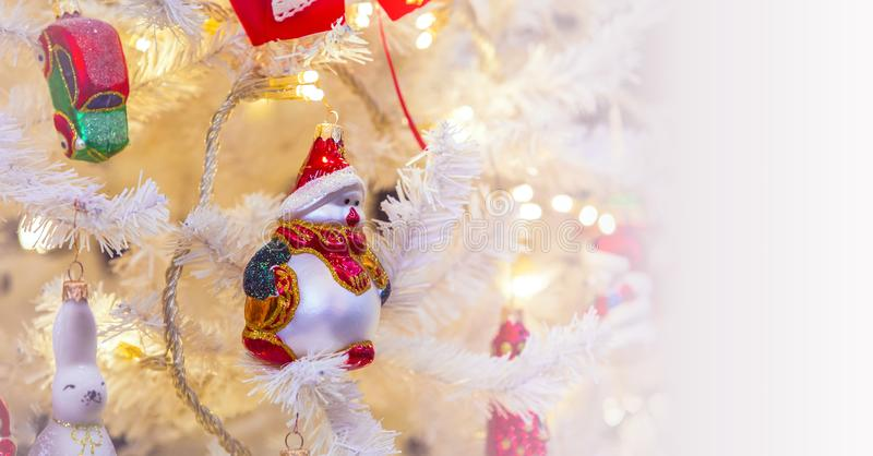 Árvore de Natal com os brinquedos no fundo branco para cartões de Natal, cumprimentos, ilustrações do ano novo imagens de stock royalty free