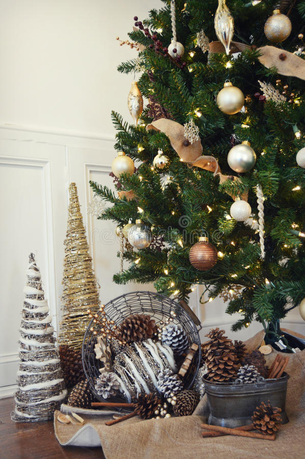 Árvore de Natal com Pinecones imagens de stock royalty free