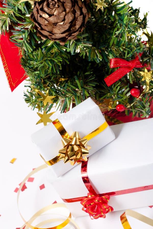 Download Árvore De Natal Com Presentes Imagem de Stock - Imagem de presente, resplandecer: 16867859
