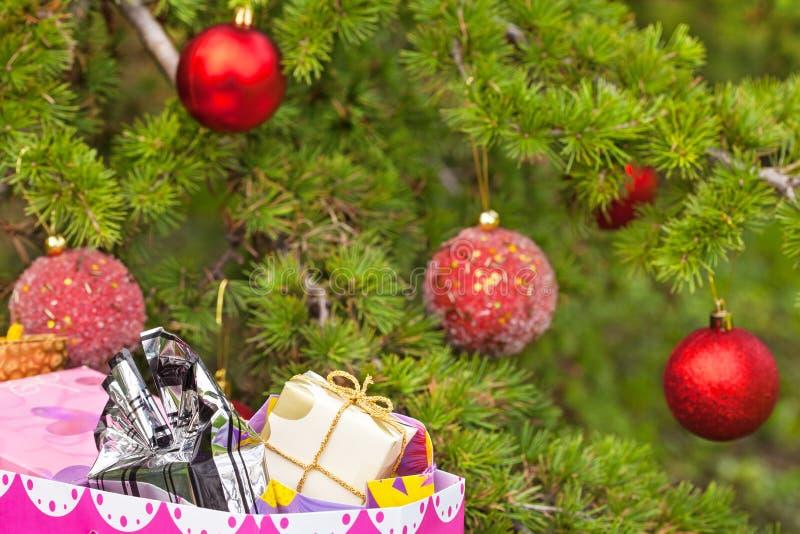 Árvore de Natal com presentes fotografia de stock