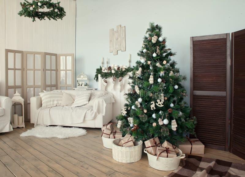 Árvore de Natal com presentes embaixo na sala de visitas imagens de stock