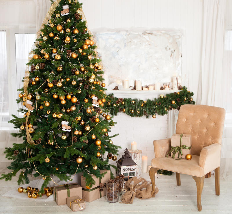 Árvore de Natal com presentes na sala de visitas imagens de stock