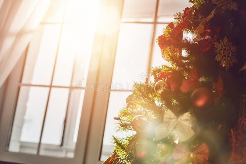 Árvore de Natal com quinquilharias dos brinquedos fotos de stock