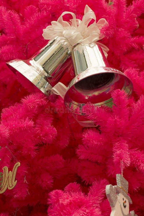 Árvore de Natal cor-de-rosa com ornamento imagem de stock