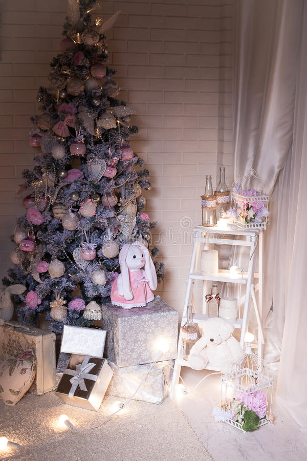 Árvore de Natal cor-de-rosa no fundo branco da parede de tijolo fotos de stock