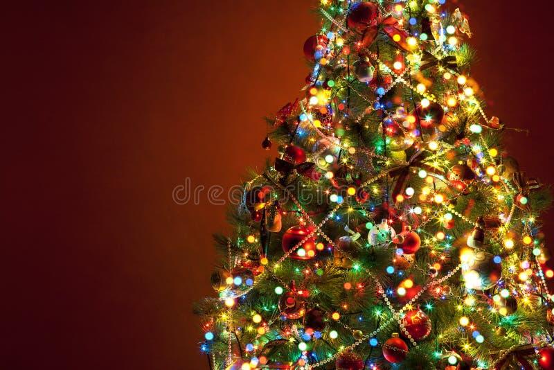 Árvore de Natal da arte no fundo vermelho imagens de stock