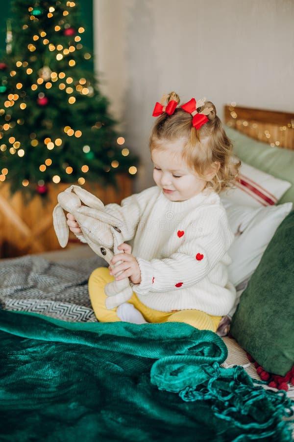 a árvore de Natal da caixa de presente da emoção da criança desata fitas fotografia de stock royalty free