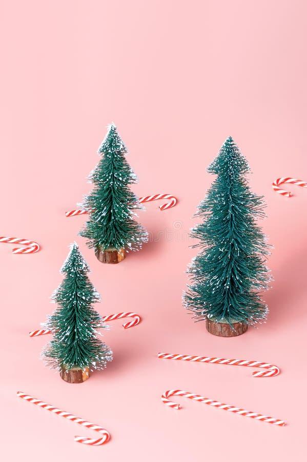 Árvore de Natal da árvore com o bastão de doces no backgr do estúdio do rosa pastel fotos de stock royalty free