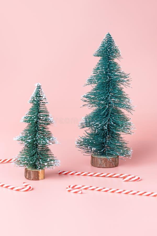 Árvore de Natal da árvore com o bastão de doces no backgr do estúdio do rosa pastel foto de stock royalty free