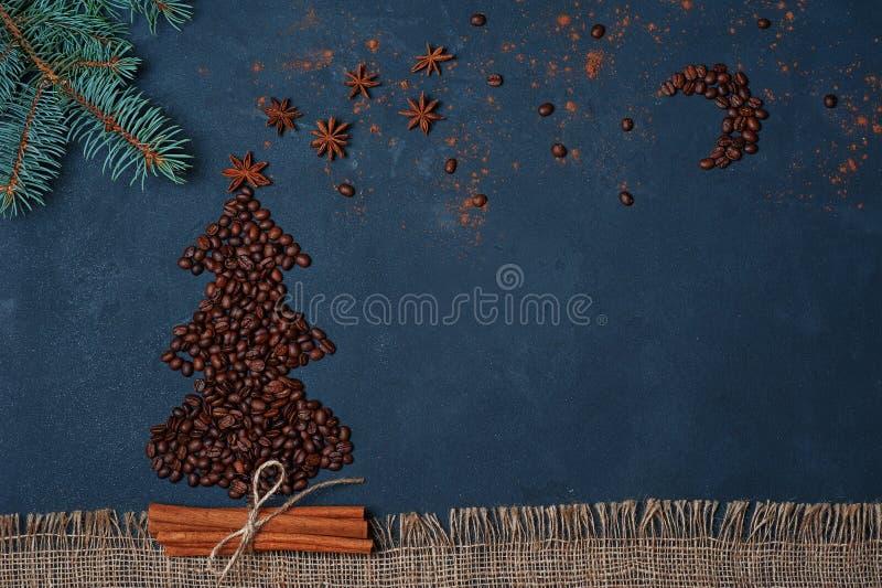 Árvore de Natal da composição do inverno feita por feijões de café com céu noturno pela estrela e pelo chocolate do anis Ano novo fotografia de stock royalty free