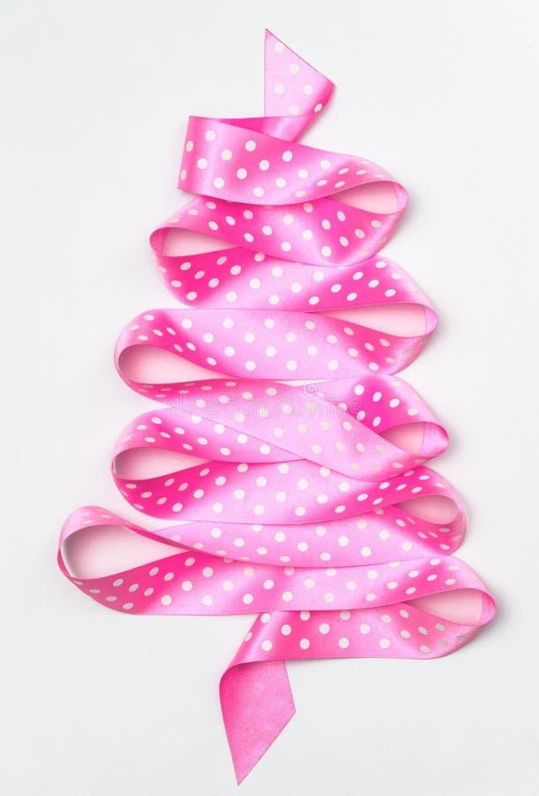Árvore de Natal da fita cor-de-rosa da fita isolada em um fundo branco imagens de stock