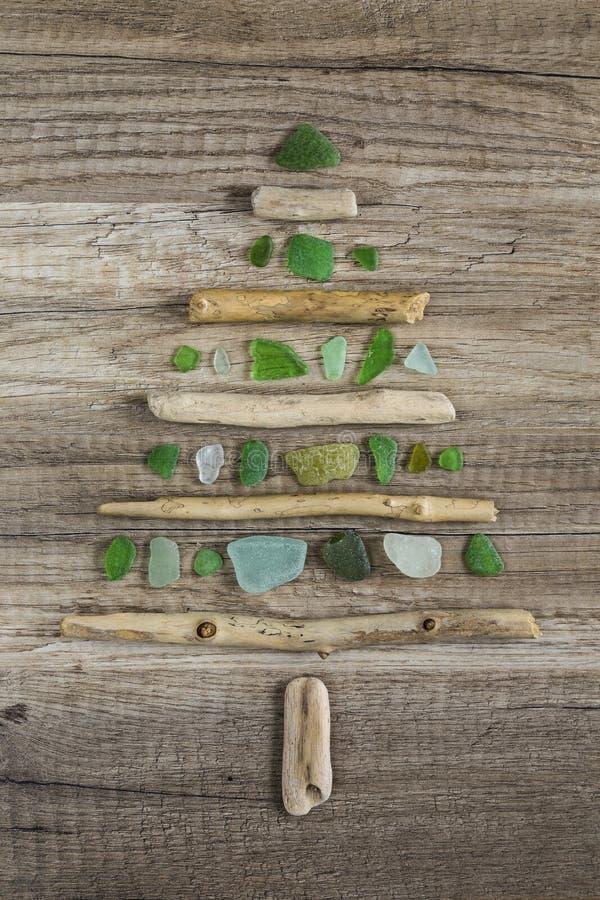 Árvore de Natal da madeira lançada à costa com vidro verde lustrado fotos de stock royalty free