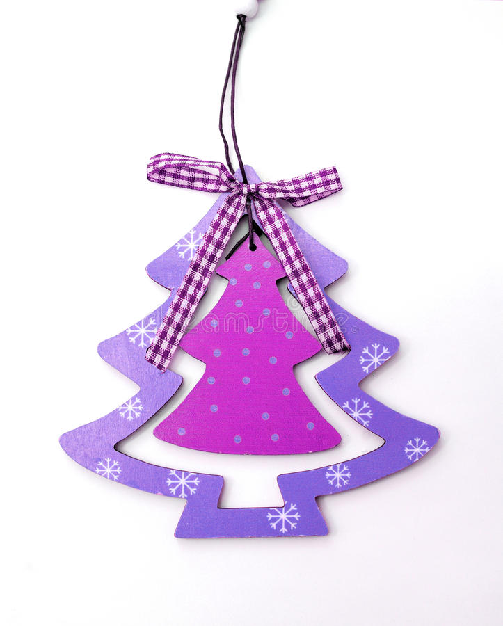 Árvore de Natal das decorações do Natal no roxo em um backgr branco imagens de stock royalty free