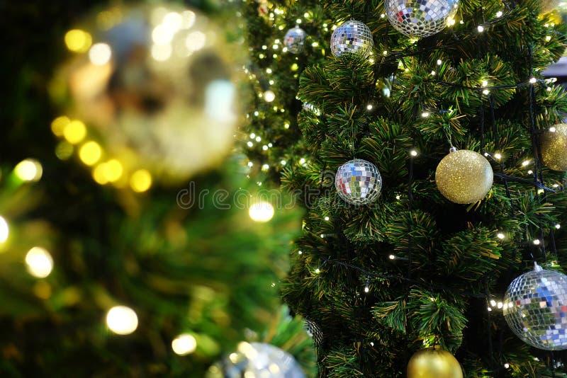 Árvore de Natal decorada bonita com luz Fundo do feriado imagens de stock royalty free