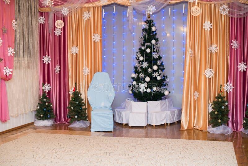 Árvore de Natal decorada bonita Fundo do feriado fotografia de stock
