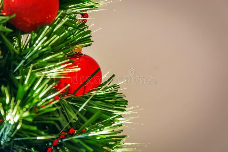 Árvore de Natal decorada com bolas vermelhas e luzes conduzidas imagens de stock royalty free