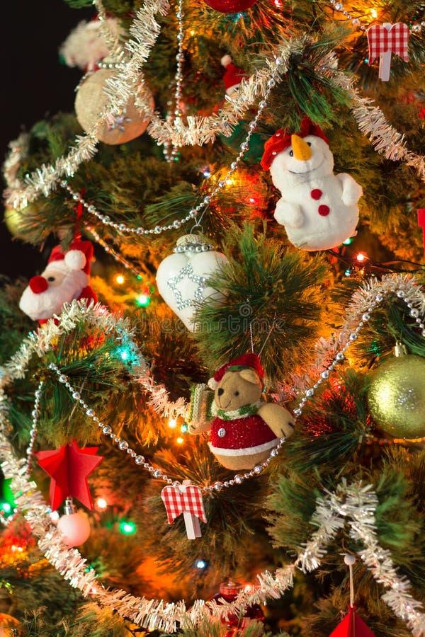 Árvore de Natal decorada com brinquedos fechados fotografia de stock royalty free