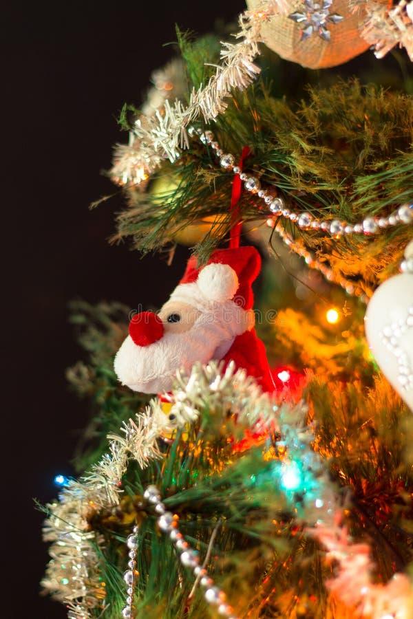 Árvore de Natal decorada com brinquedos fechados imagem de stock