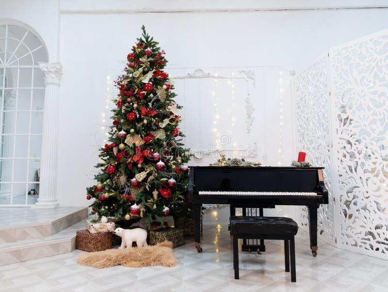 Árvore de Natal decorada com brinquedos, luzes e partitura fotografia de stock royalty free