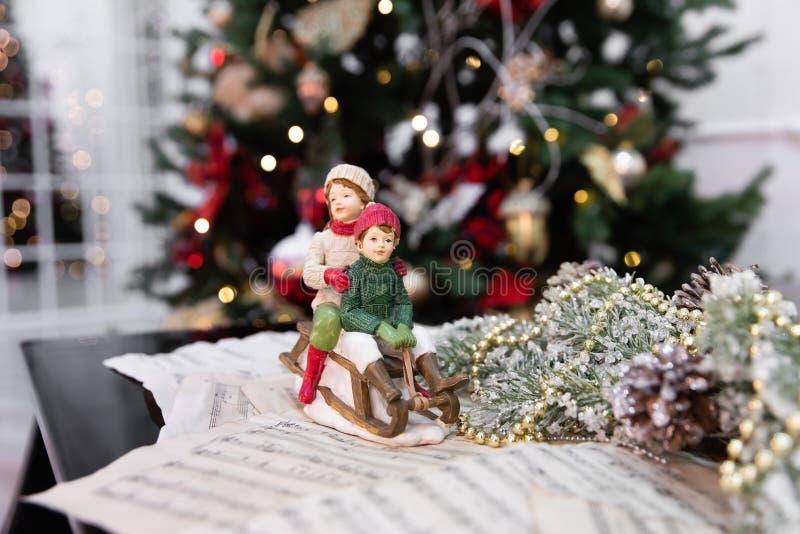 Árvore de Natal decorada com brinquedos, luzes e partitura imagens de stock