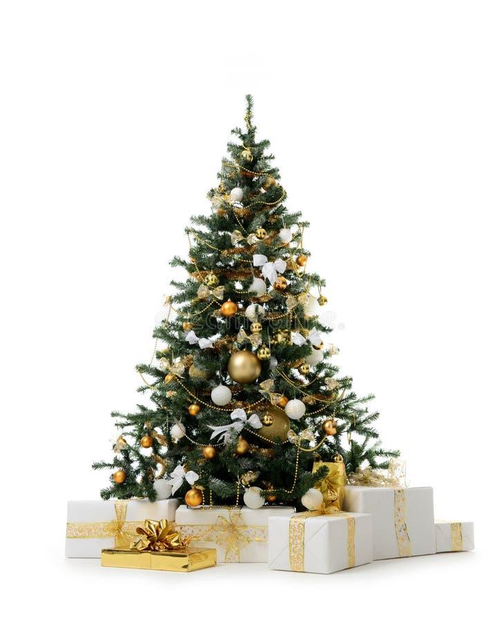 Árvore de Natal decorada do ouro com as bolas do ornamento dourado dos retalhos e presentes artificiais do presente pelo ano novo imagens de stock