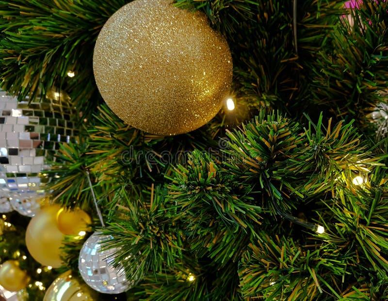 Árvore de Natal decorada e iluminada, tonificação do vintage fotografia de stock