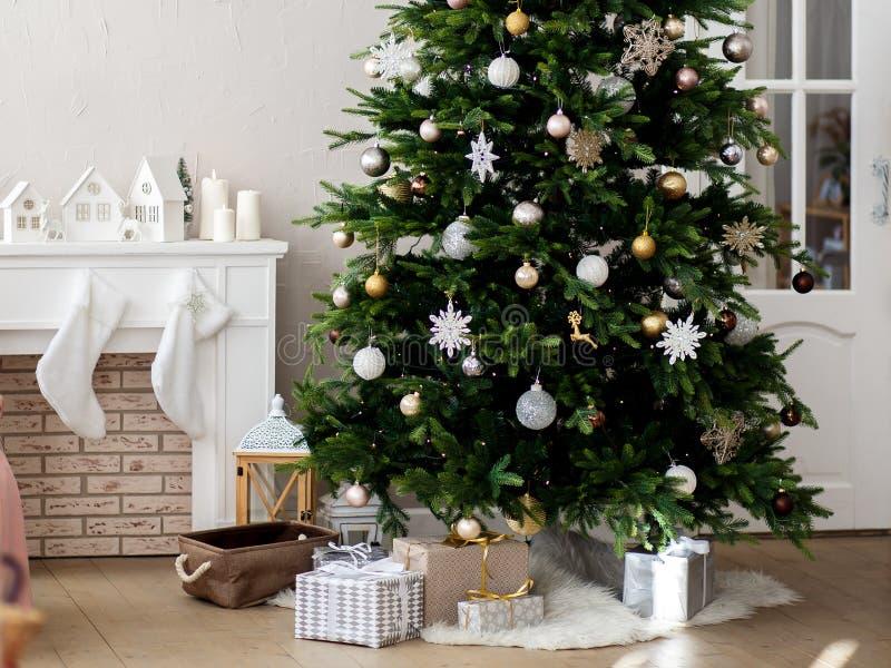 Árvore de Natal decorada em uma sala brilhante imagens de stock