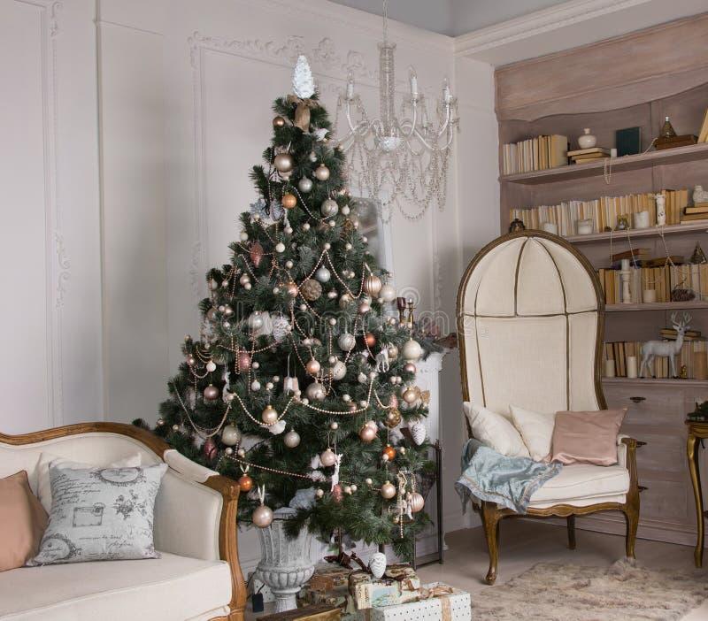Árvore de Natal decorada em uma sala de visitas foto de stock