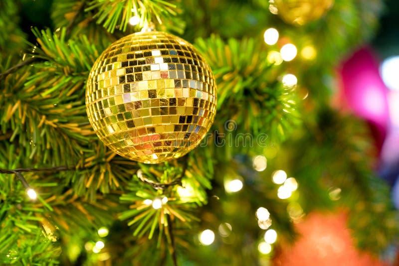 ?rvore de Natal do close up e suspens?o dourada da bola do disco de luzes de Natal e do ano novo imagem de stock royalty free