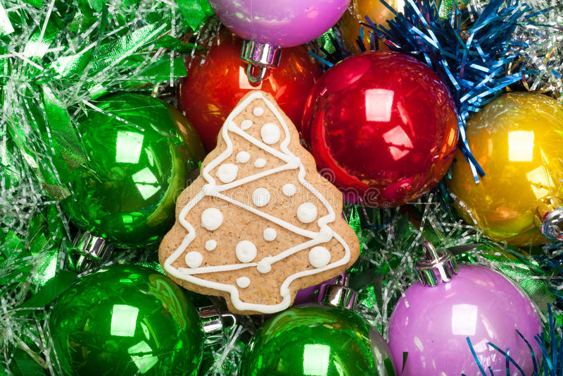 Árvore de Natal do pão-de-espécie com grupo de quinquilharias coloridas e de si imagens de stock royalty free