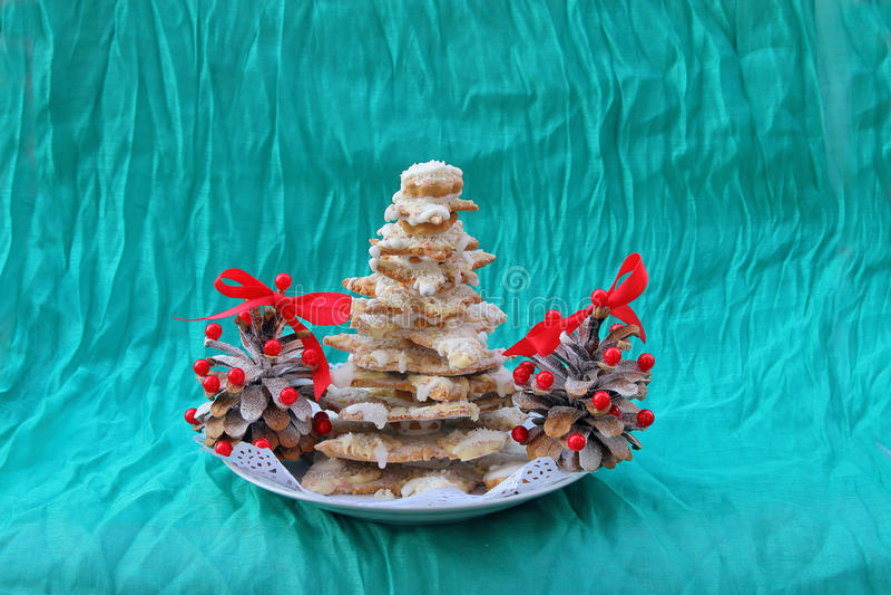 Árvore de Natal dos cones do pão-de-espécie e do pinho imagem de stock royalty free
