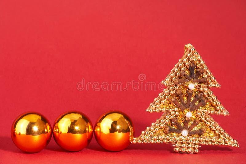Árvore de Natal dourada com pérolas - mit de Weihnachtsbaum do goldener imagem de stock