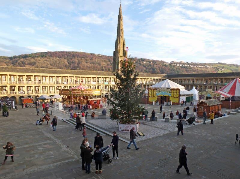 Árvore de natal e carrossel na praça pública em Halifax no hall oeste de yorkshire imagem de stock