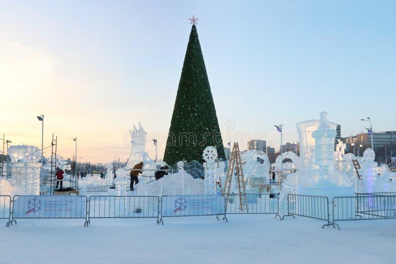 Árvore de Natal e cidade do gelo do permanente fotografia de stock royalty free