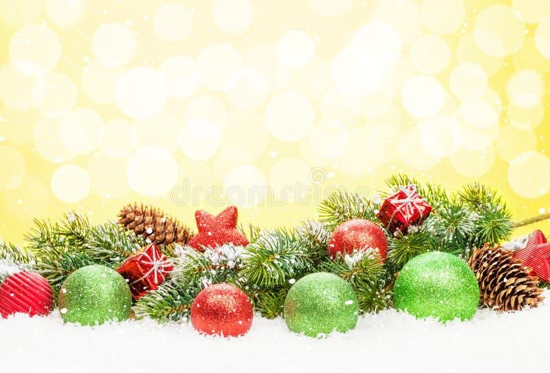 Árvore de Natal e decoração da quinquilharia na neve imagem de stock royalty free