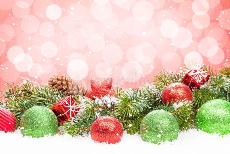 Árvore de Natal e decoração da quinquilharia na neve fotos de stock royalty free