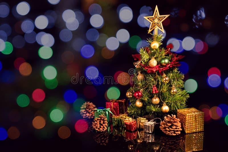 Árvore de Natal e presente imagem de stock