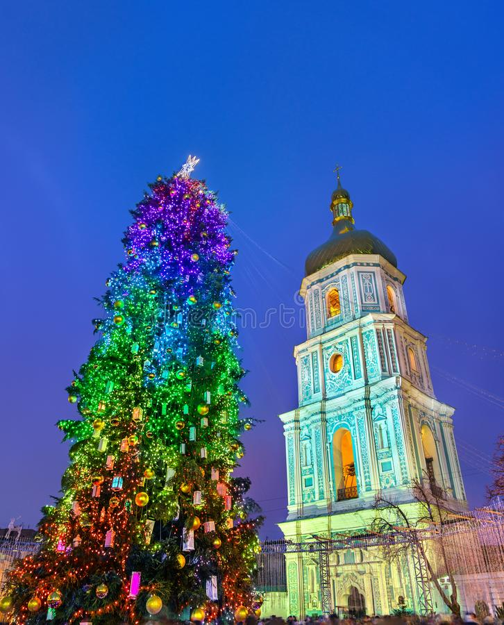 Árvore de Natal e Saint Sophia Cathedral, um local do patrimônio mundial do UNESCO em Kiev, Ucrânia imagem de stock