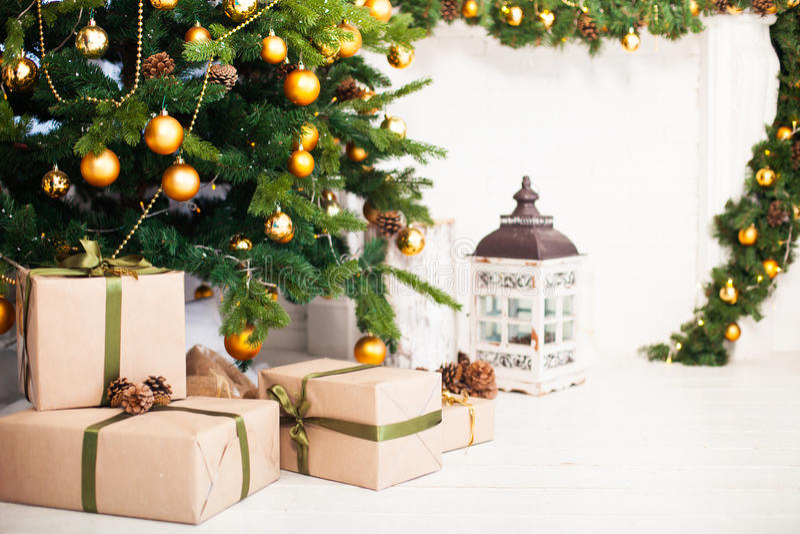 A árvore de Natal e a sala interior decoradas no Natal denominam wi imagens de stock royalty free