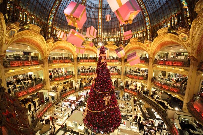 A árvore de Natal em Galeries Lafayette imagens de stock