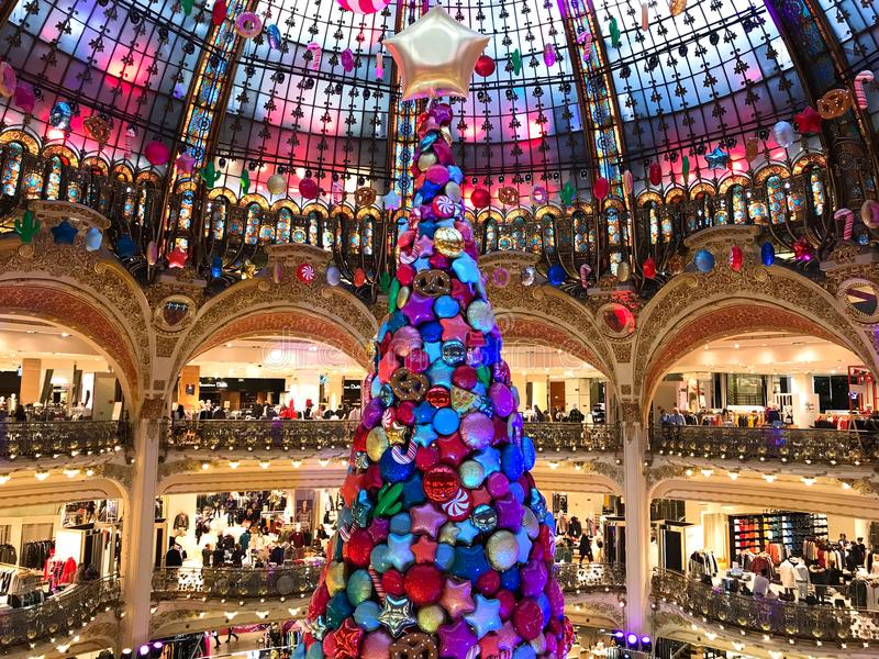 Árvore de Natal em Galeries Lafayette Paris imagem de stock royalty free