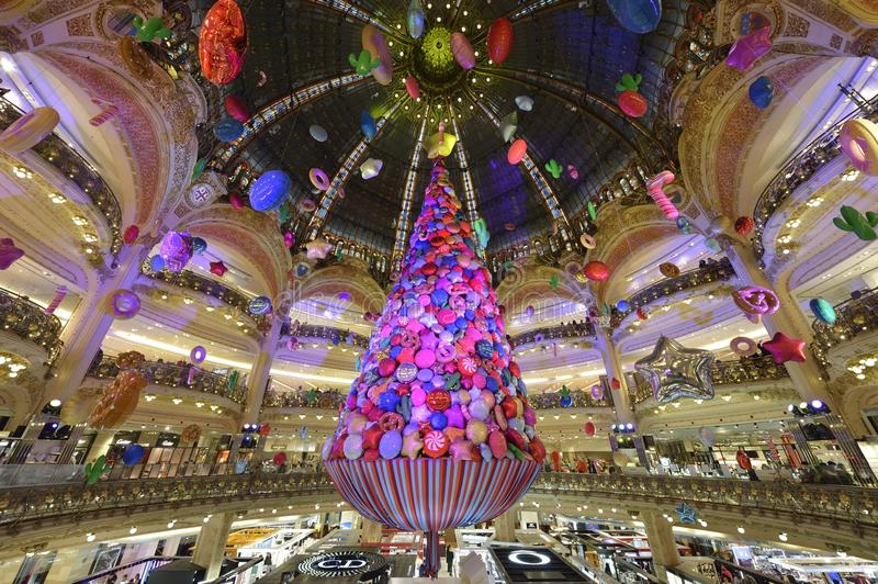 Árvore de Natal em Galeries Lafayette - Paris fotos de stock royalty free