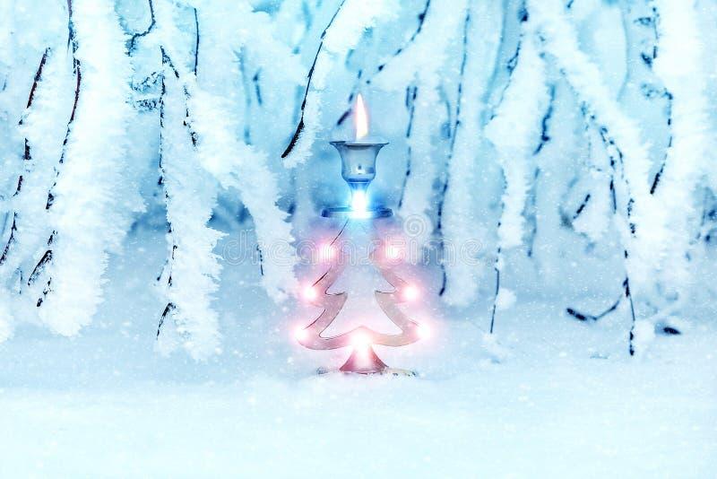 Árvore de Natal em um castiçal nevado do metal da floresta A sob a forma de um abeto vermelho do ` s do ano novo Imagem da arte d foto de stock